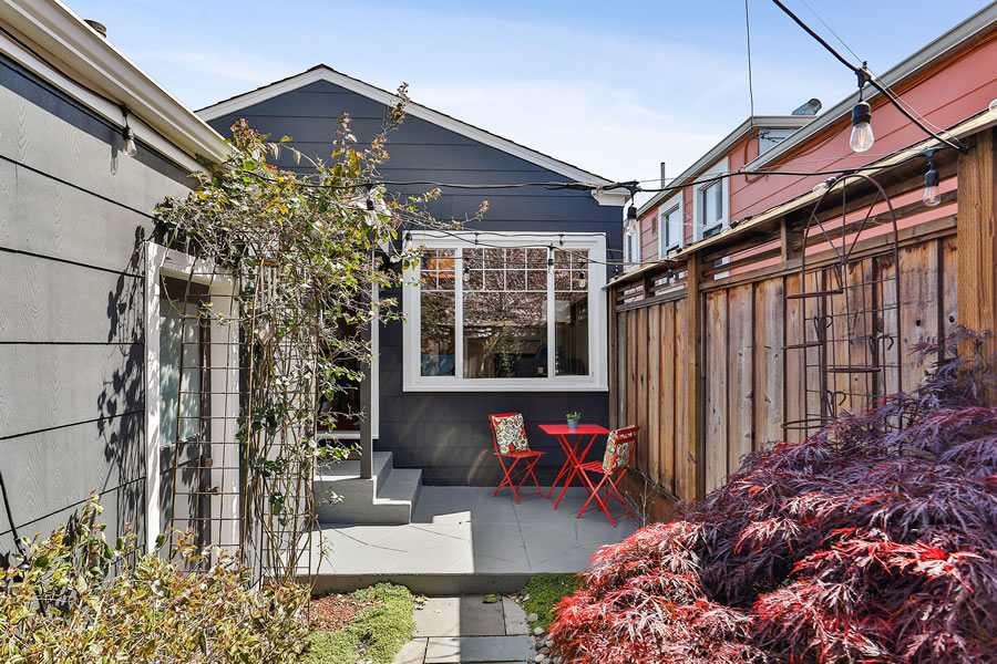 745 Lakeview Avenue Courtyard