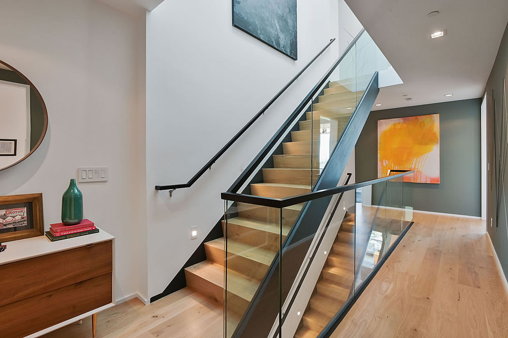 4326 Cesar Chavez - Stairs